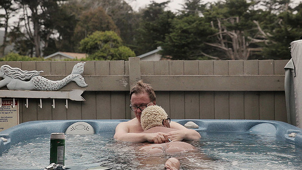 Georg Friedrich Haas und Mollena Williams-Haas in einem Pool