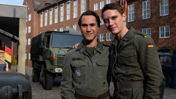 """Die Schauspieler Jonas Nay und Ludwig Trepte lachen am Set der achtteiligen RTL-Serie """"Deutschland 83"""" in Potsdam."""