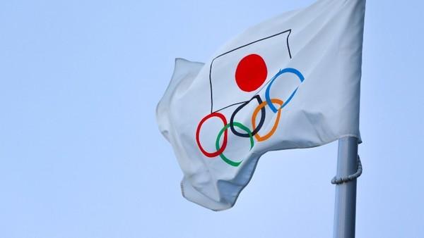 Flagge der Olympischen Spiele mit der Flagge von Japan.