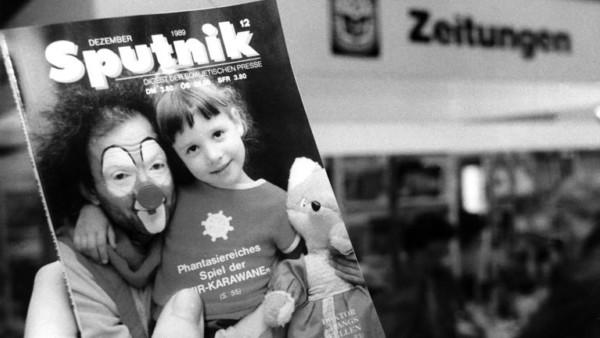 Ein Clown und ein kleines Mädchen zieren das Titelblatt der Dezemberausgabe 1989 des deutschsprachigen, sowjetischen Nachrichtenmagazins Sputnik