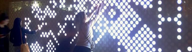 Eine Lichtwand im Bastelparadies von Paul Popescu und Ioana Calen.
