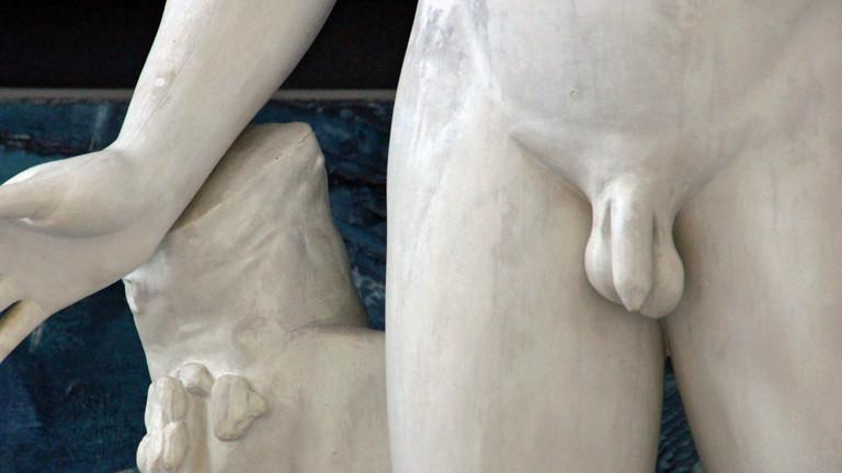 Ein Penis an einer Statue.