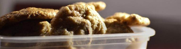 Kekse in einer Plastikdose