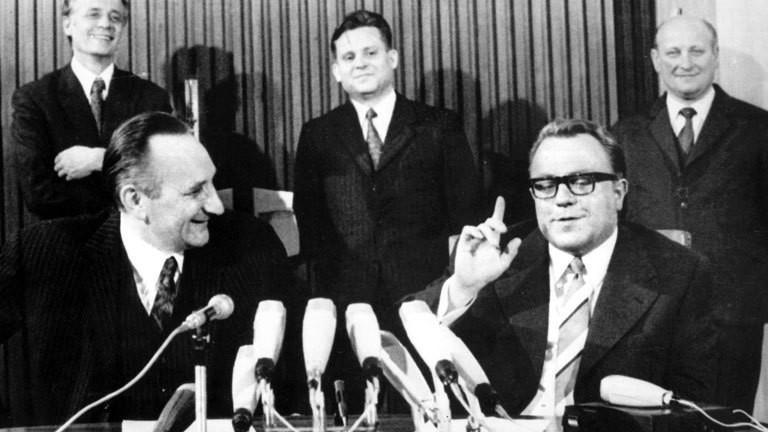 Egon Bahr (l), SPD-Staatssekretär im Bundeskanzleramt, und DDR-Staatssekretär Michael Kohl (r) im April 1972 in Ost-Berlin nach dem erfolgreichen Abschluss der Verhandlungen über ein allgemeines Verkehrsabkommen. Egon Bahr hatte massgeblichen Anteil an der Entspannungspolitik zwischen der Bundesrepublik Deutschland und der DDR sowie der UdSSR in den 60-er und 70-er Jahren, so am Moskauer Vertrag (Gewaltverzicht) von 1971 sowie mit der DDR am Transitabkommen, den Ostverträgen und dem Grundlagenvertrag.