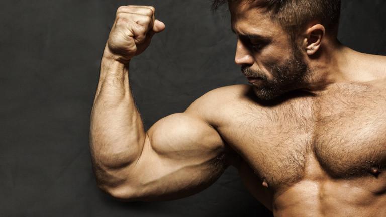 Ein Mann mit dicken Muskeln posiert.
