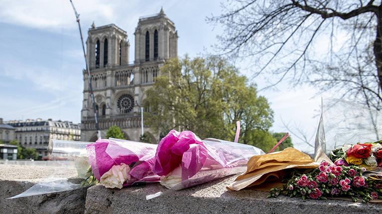 Blumen vor Notre-Dame.