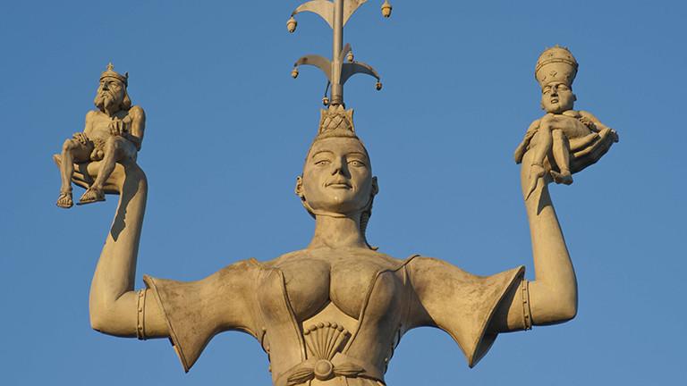 Die Hure Imperia trägt Kaiser und Papst auf ihren Händen, symbolhafte Darstellung des sittenverderbten Verhaltens der Herrschenden auf dem Konzil zu Konstanz im Mittelalter, Statue im Konstanzer Hafen, Baden-Württemberg.
