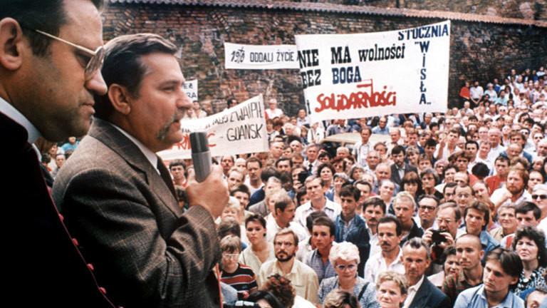 Streikführer Lech Walesa (2.v.l.) spricht 1980 zu den Arbeitern der Lenin-Werft in Danzig. Links Pfarrer Henryk Jankowski.