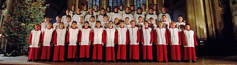 Die Regensburger Domspatzen bei einem Auftritt in einer Kirche.