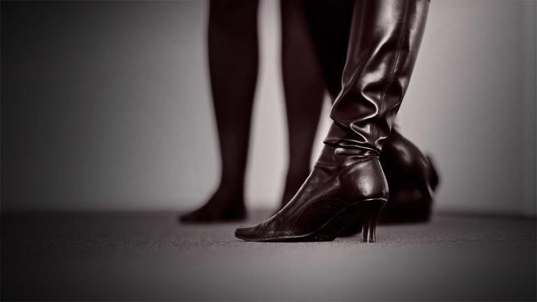 Ein schwarzer Lederstiefel