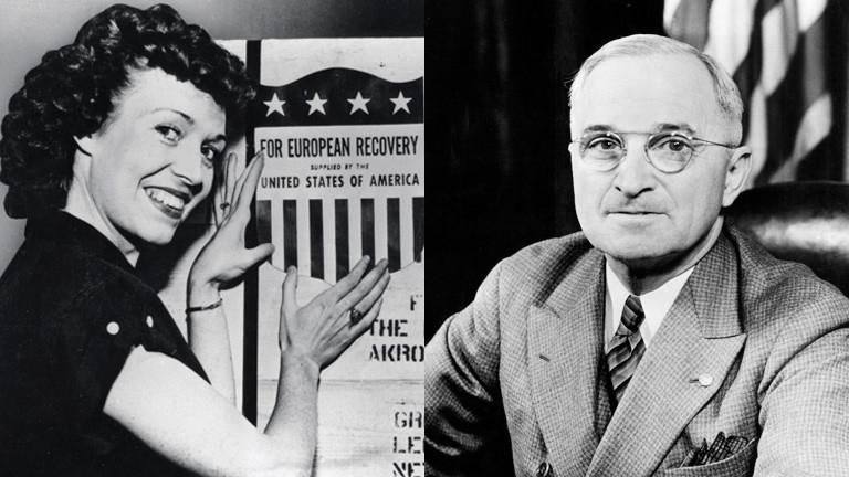"""Eine Frau mit Aufkleber des """"European Recovery Plan"""": US-Präsident Harry S. Truman"""