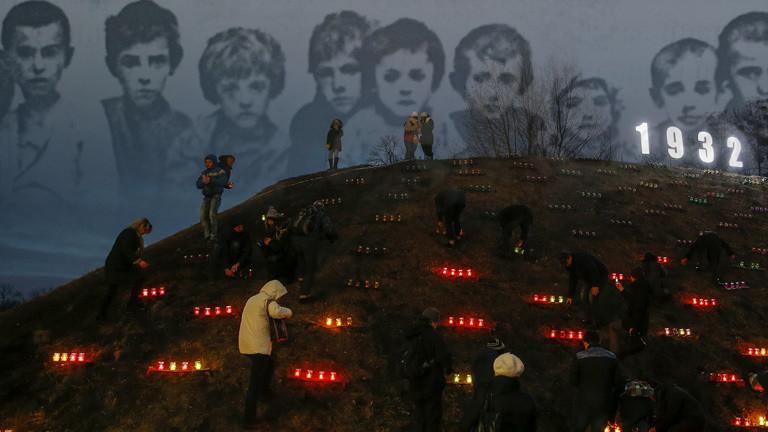 Gedenkstätte für die Toten von 1931, im Hintergrund Gesichter hungernder Kinder