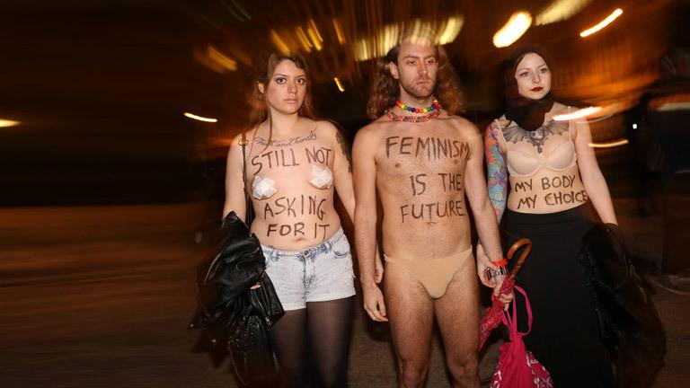 Zwei Frauen und ein Mann engagieren sich für den Feminismus