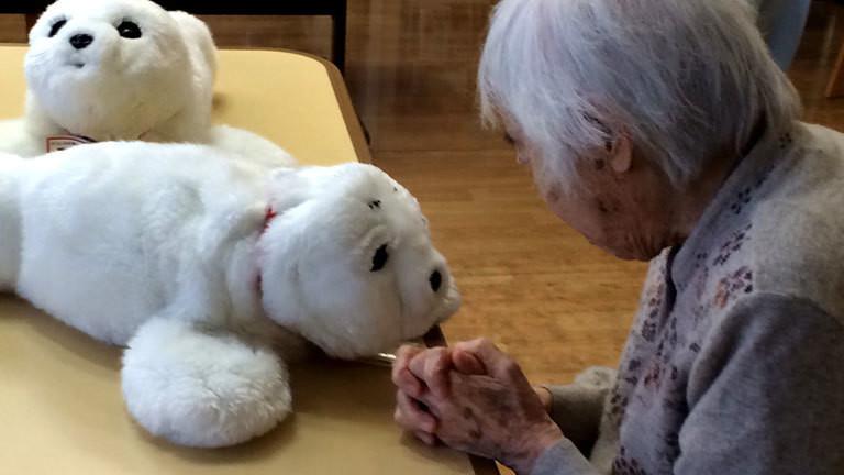 Ein Pflegeroboter und eine Seniorin