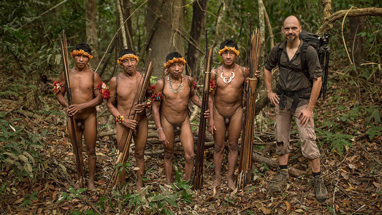 Der Fotograf Markus Mauthe zusammen mit vier Männer eines indigenen Volkes