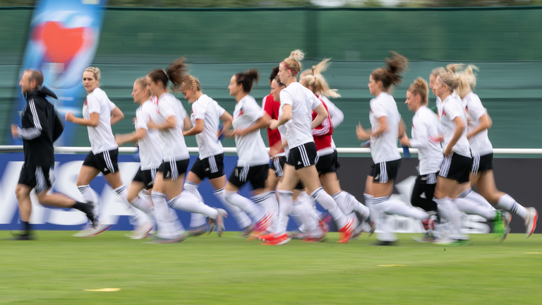 04.06.2019, Frankreich, Pont-Péan: Die deutschen Spielerinnen wärmen sich während einer Trainingseinheit der deutschen Fußball-Nationalmannschaft der Frauen auf.