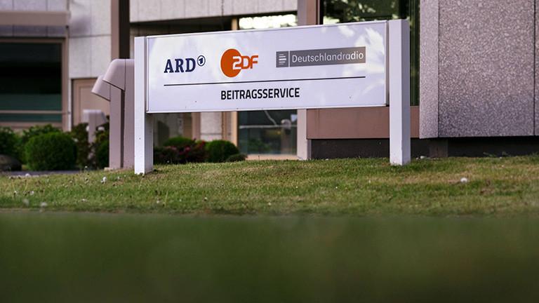Schild vor dem Gebäude des Beitragsservice von ARD, ZDF und Deutschlandradio