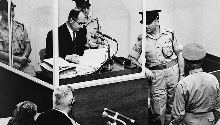 Adolf Eichmann sagt bei seinem Kriegsverbrecher-Prozess in Jerusalem aus.