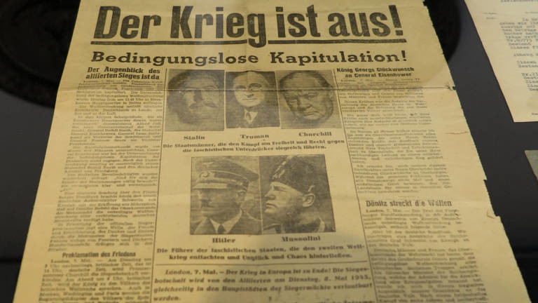 Zeitung aus dem Jahr 1945, die über das Ende des Zweiten Weltkriegs berichtet