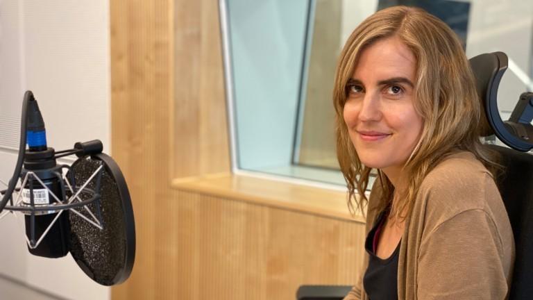 Diplom-Psychologin Verena Kantrowitsch im Studio vor einem Mikrophon.