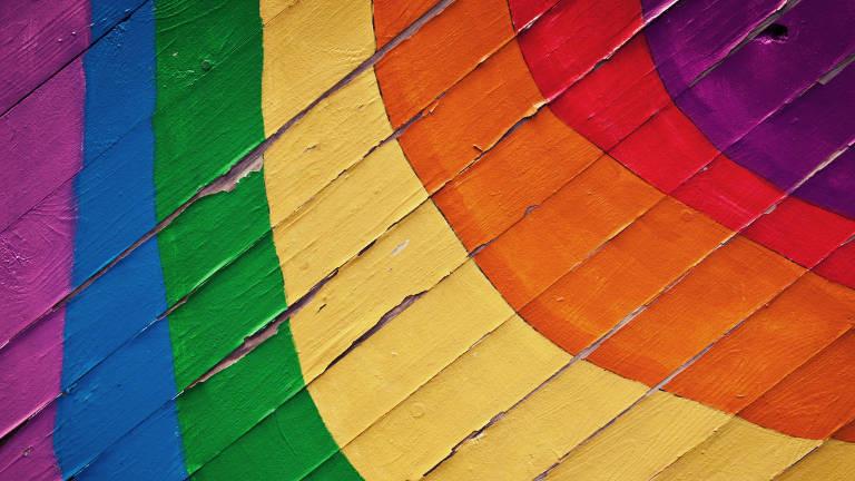 Ein Regenbogen auf eine Wand gemalt