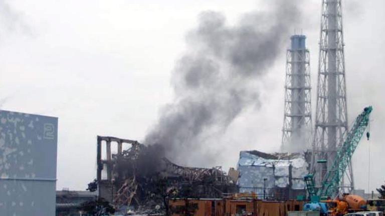 21.03.2011: Rauch steigt vom Reaktor 3 des Atomkraftwerks Fukushima Daiichi auf.