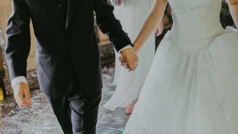 Mann und Frau bei der Hochzeit