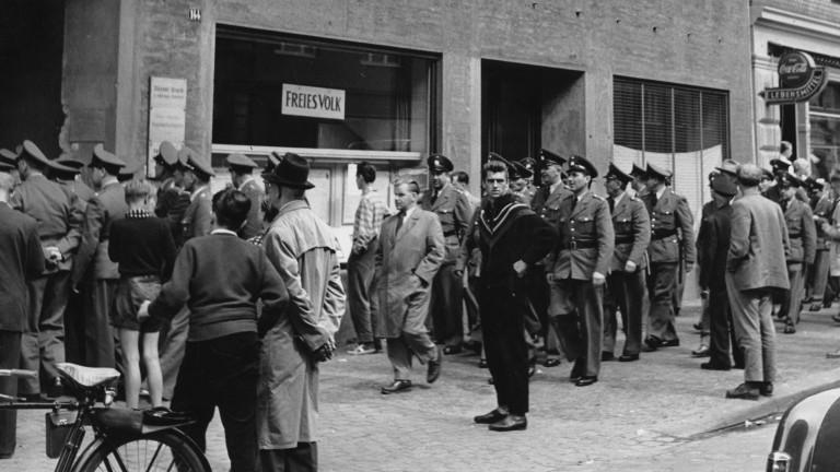 Westdeutsche Polizisten betreten das Hauptquartier der Kommunistischen Partei Westdeutschlands (KPD) in der Ackerstraße in Düsseldorf, nur zwei Stunden nachdem das Bundesverfassungsgericht in Karlsruhe die KPD am 17. August 1956 geächtet hat.
