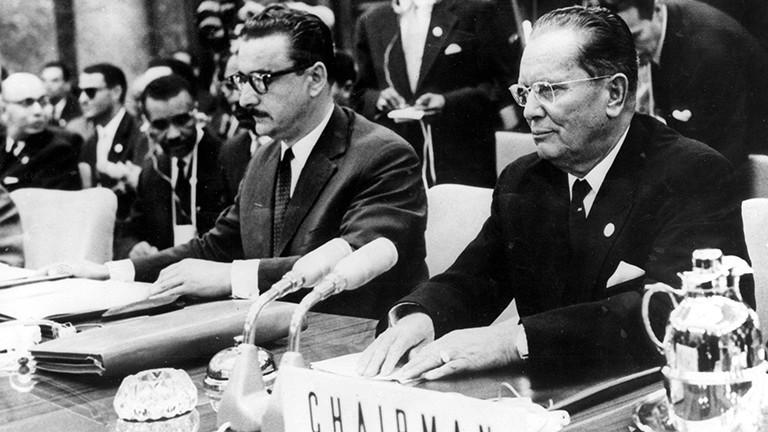 Der jugoslawische Präsident Josip Tito (rechts) und der jugoslawische Diplomat Bogdan Crnobrnja am 1. September 1961 bei der Eröffnung der ersten Summits der Bewegung der Blockfreien in Belgrad.