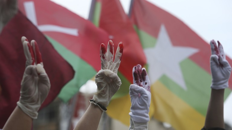 Demonstranten in Taiwan zeigen drei Finger, ein Symbol aus den Hunger Games, das in Myanmar für die Protestbewegung übernommen wurde.