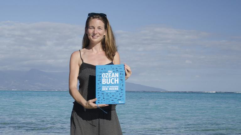 """Esther Gonstalla mit ihrem Buch """"Das Ozean Buch"""""""