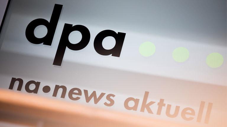 Die Logos von dpa (Deutsche Presse-Agentur GmbH) und na news aktuell im Eingangsbereich des Landesbüros.