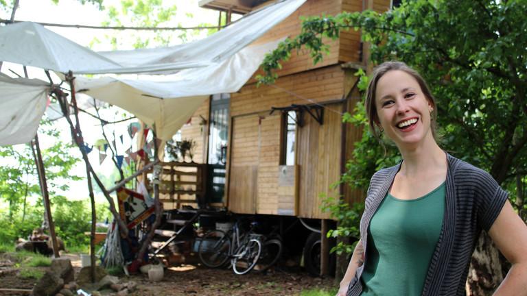 Nicole Dau vor ihrem Tiny House.