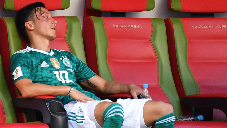 Mesut Özil sitzt erschöpft auf der Bank im Trikot der Nationalmannschaft