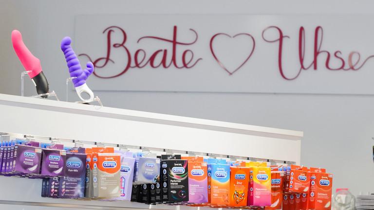Beate Uhse - Regal mit Kondomen und Vibratoren