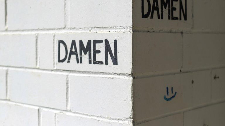 Schriftzug Damen auf einer Wand