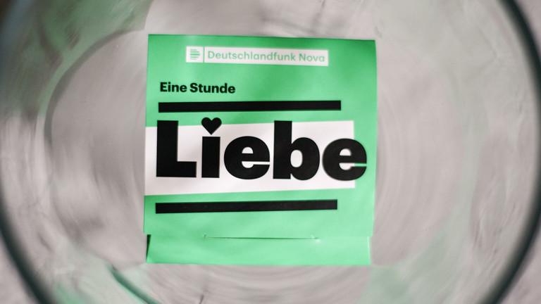 """Eine Kondompackung mit dem Logo von """"Eine Stunde Liebe"""""""