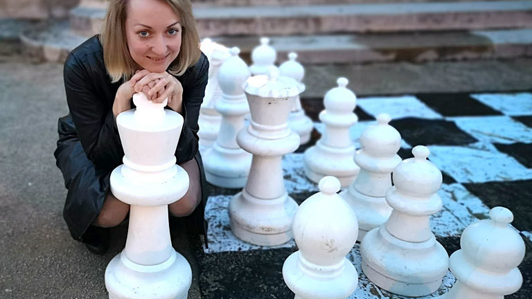 Elisabeth Pähtz vor einem Schachbrett