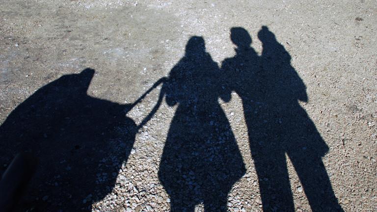 Eine Familie mit Kinderwagen