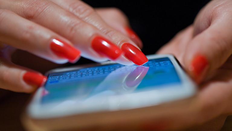 Eine Frau benutzt ihr Smartphone