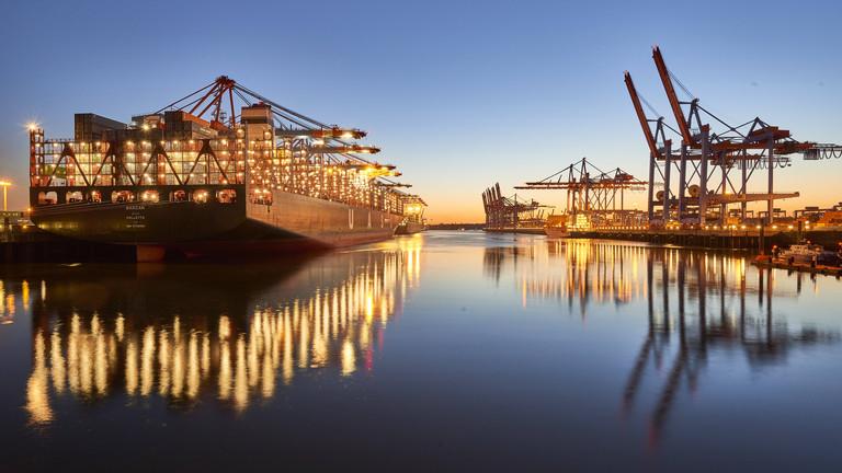 Das Container-Schiff UASC Barzan der United Arab Shipping Company ist während der Blauen Stunde in den Abendstunden des 30. Juni 2015 zu Gast im Hamburger Hafen.
