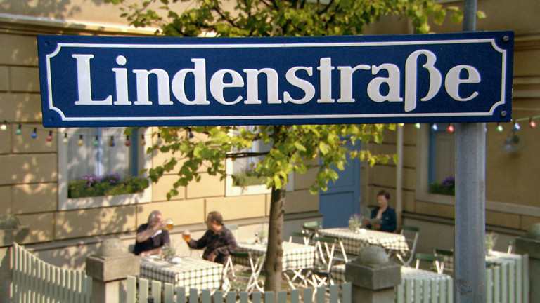 """Schild mit der Aufschrift """"Lindenstraße"""""""