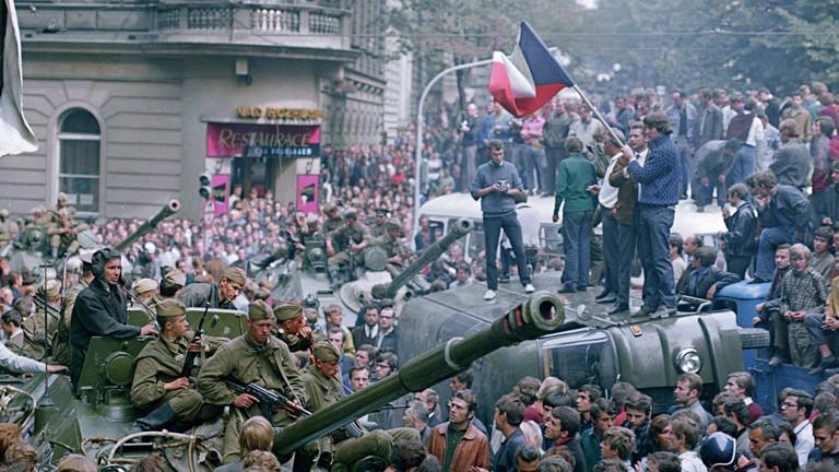 Truppen der Sowjetunion und des Warschauer Paktes schlagen den Prager Frühling nieder