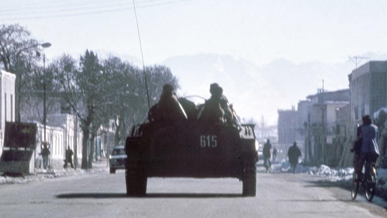 Panzer auf einer Straße.