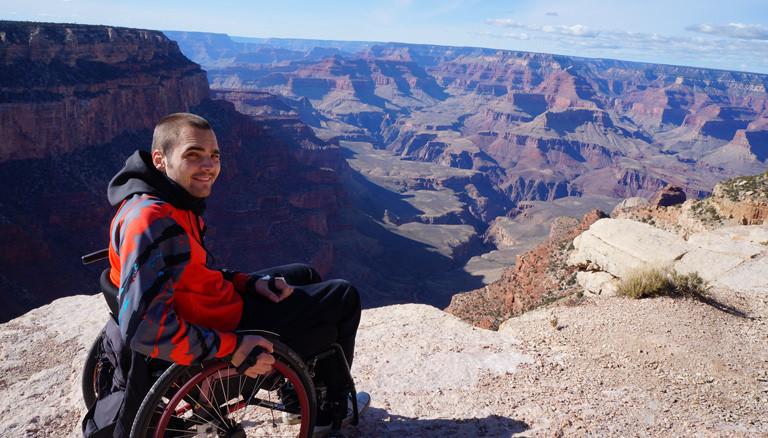 Sebastian Wächer in seinem Rollstuhl unterwegs