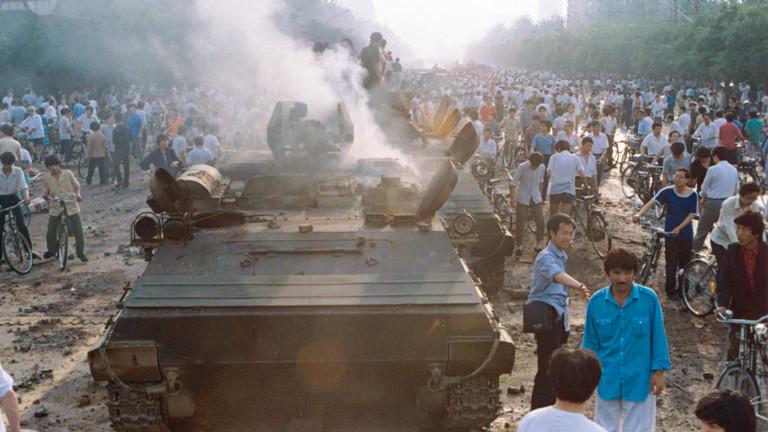 Demonstranten setzen auf dem Platz des himmlischen Friedens (Tiananmen-Platz) in Peking, China, am 03.06.1989 einen Panzer in Brand. Am 3. und 4. Juni lies die chinesische Führung die Proteste der Bevölkerung für mehr Demokratie und Freiheit auf dem Platz durch das Militär gewaltsam niederschlagen lassen. Bei der Niederschlagung des Aufstandes starben insgesamt bis zu 3000 Menschen.
