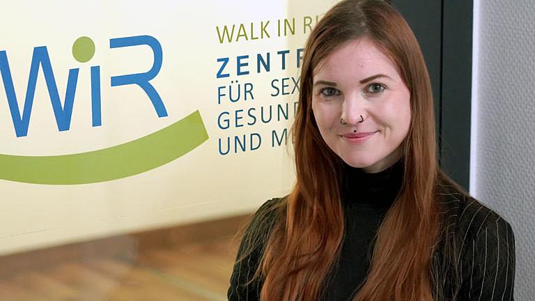 Theresa Voß vor einem Schild des WIR Bochum.