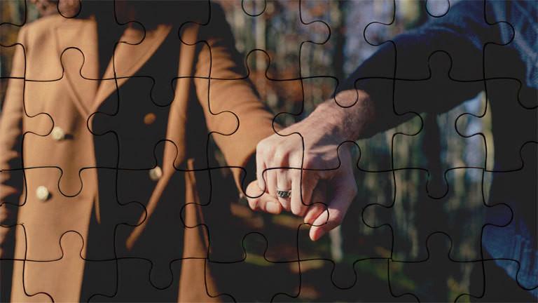 Ein Paar hält Händchen.