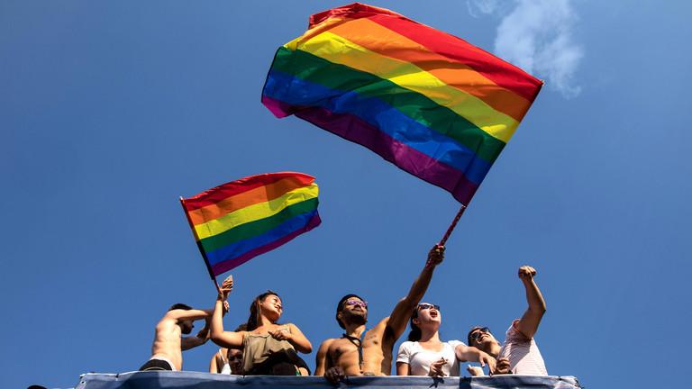 Christopher-Street-Parade in Berlin 2018: Männer und Frauen auf einem Truck mit Regenbogenflaggen.