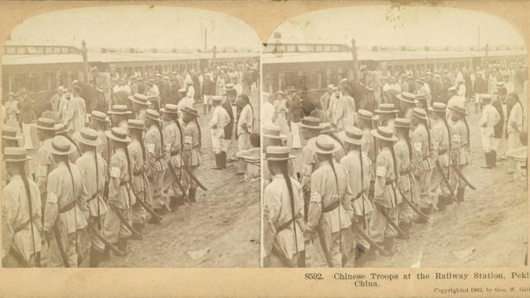 Chinesische Truppen am Bahnhof in Peking 1901
